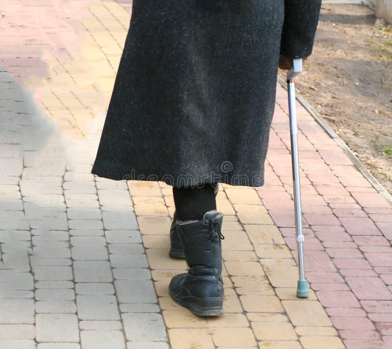 Старый пожилой человек идет с тросточкой стоковая фотография rf