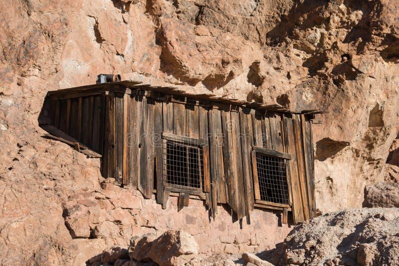 Старый покинутый деревянный дом в утесе пустыни горы стоковое изображение