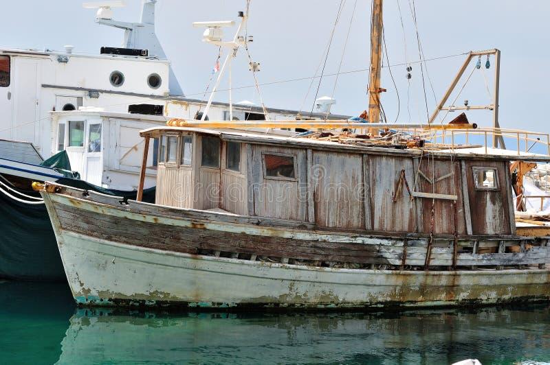 Download Старый покинутый деревянный корабль рыбной ловли Стоковое Изображение - изображение насчитывающей старо, ведущего: 40581997