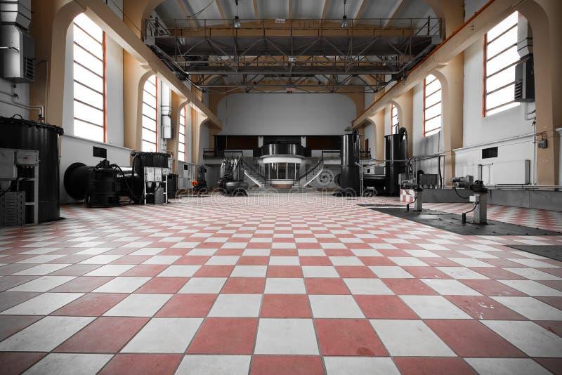 Старый покинутый интерьер промышленного здания пустой стоковые фотографии rf