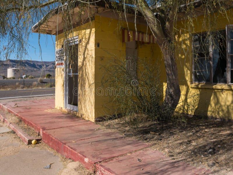 Старый покинутый мотель шоссе стоковая фотография