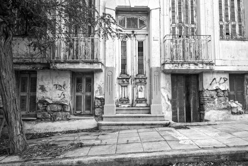 Старый покинутый, неоклассический дом стоковое изображение