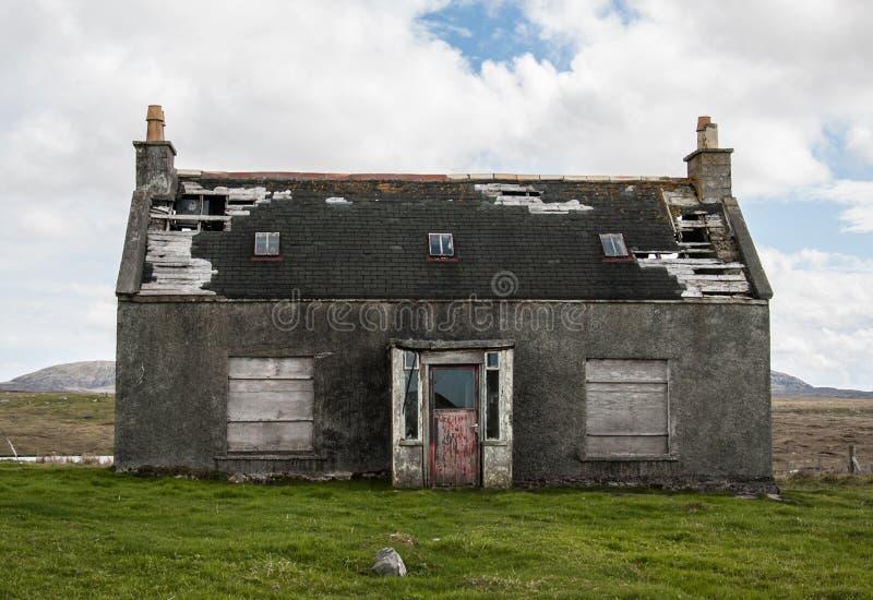 Старый покинутый дом в сельской местности с сломленной крышей стоковое изображение rf