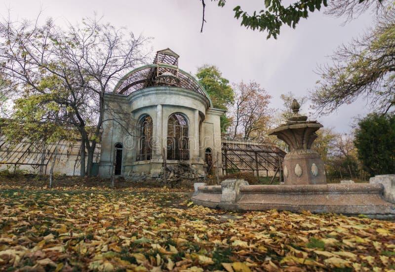 Старый покинутый преследовать дом Упаденная листва стоковая фотография rf