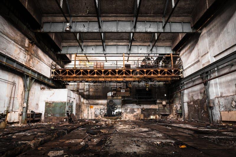 Старый покинутый промышленный интерьер с ярким светом стоковое фото