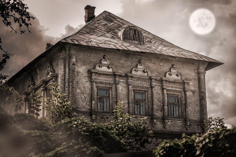 Старый покинутый пустой дом в лесе стоковые фотографии rf