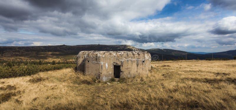 Старый получившийся отказ военный бункер от Второй Мировой Войны стоковое фото rf
