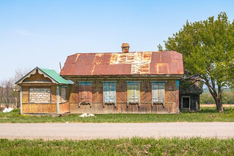 Старый получившийся отказ дом в деревне построенный в традиционной сельской архитектуре в старой сельской местности стоковая фотография