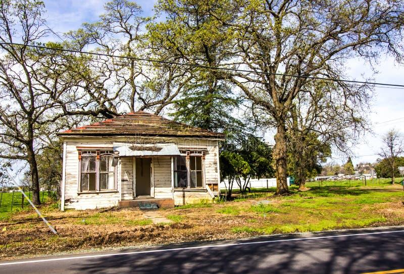 Старый получившийся отказ дом в потребности ремонта стоковая фотография