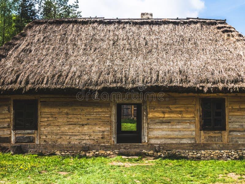 Старый получившийся отказ дом в сельской местности стоковая фотография rf