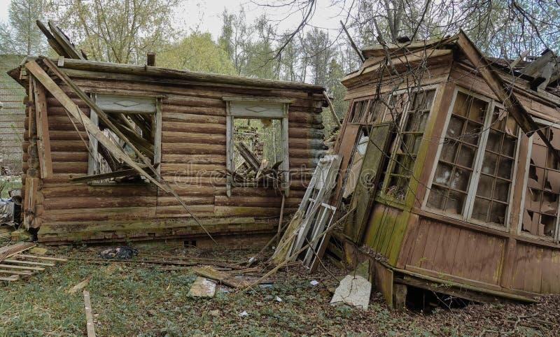 Старый получившийся отказ и разрушенный дом журнала в России Получившийся отказ дом в середине леса стоковые фотографии rf