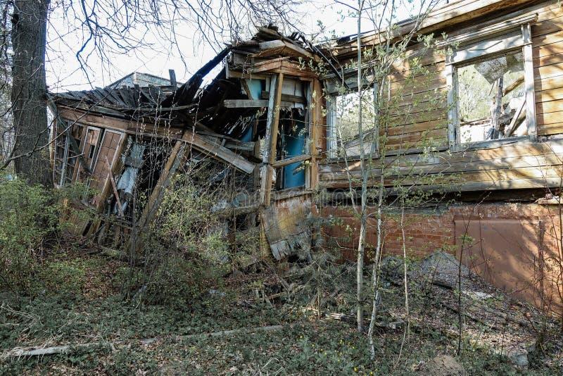 Старый получившийся отказ и разрушенный дом журнала в России Получившийся отказ дом в середине леса стоковое фото