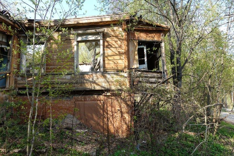 Старый получившийся отказ и разрушенный дом журнала в России Получившийся отказ дом в середине леса стоковые фото