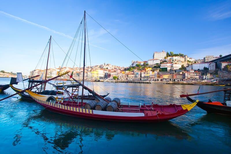 Старый Порту и традиционные шлюпки с бочонками вина, Португалией стоковое фото rf