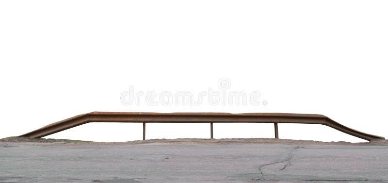 Старый постаретый выдержанный рельс, изолированная ржавая изогнутая металлическая панорама перил моста заводи реки, заржаветое гу стоковое фото rf