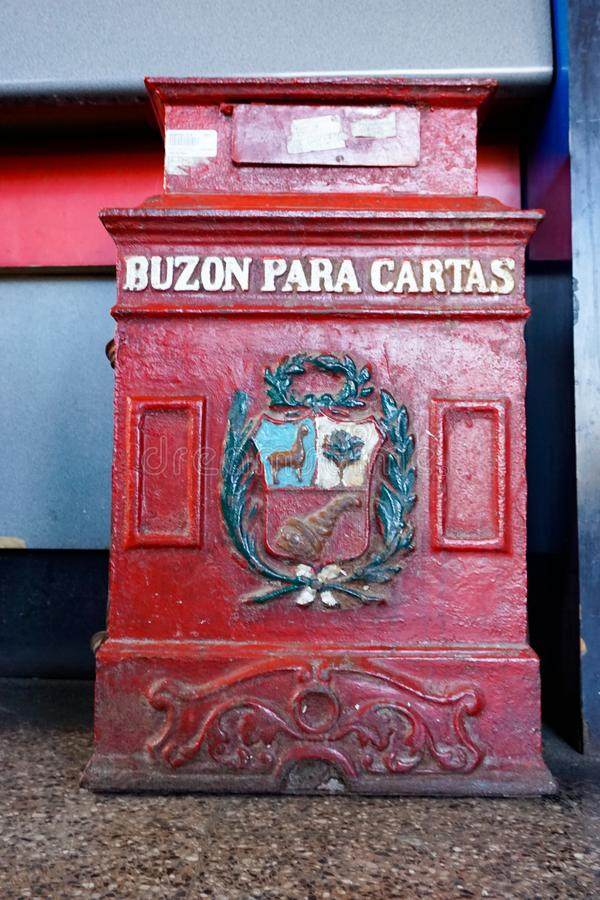 Старый почтовый ящик в Huaraz в Перу со словами стоковое фото rf