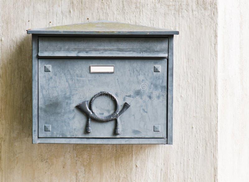 Старый почтовый ящик на стене здания стоковая фотография rf