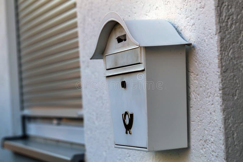 Старый почтовый ящик на стене стоковое фото