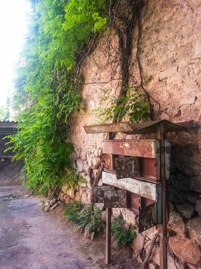 Старый почтовый ящик на стене стоковое фото rf