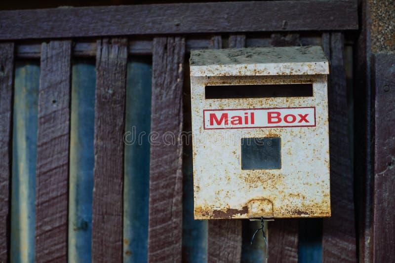Старый почтовый ящик на стене стоковые изображения
