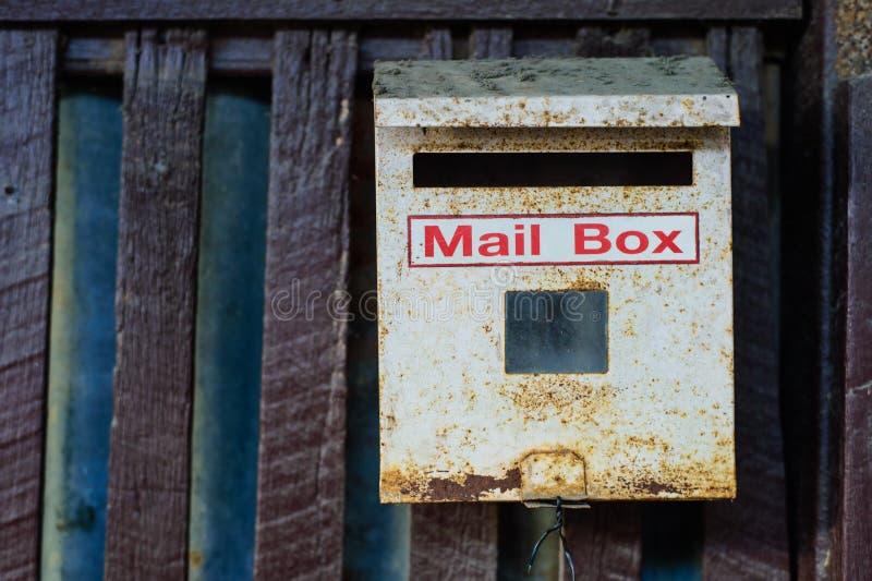 Старый почтовый ящик на стене стоковая фотография