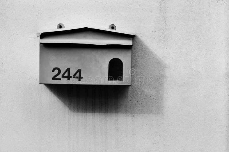 Старый почтовый ящик на цементной стене стоковое фото rf