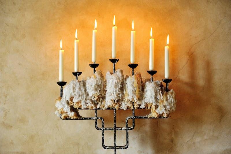 Старый подсвечник с горящими свечами стоковые изображения