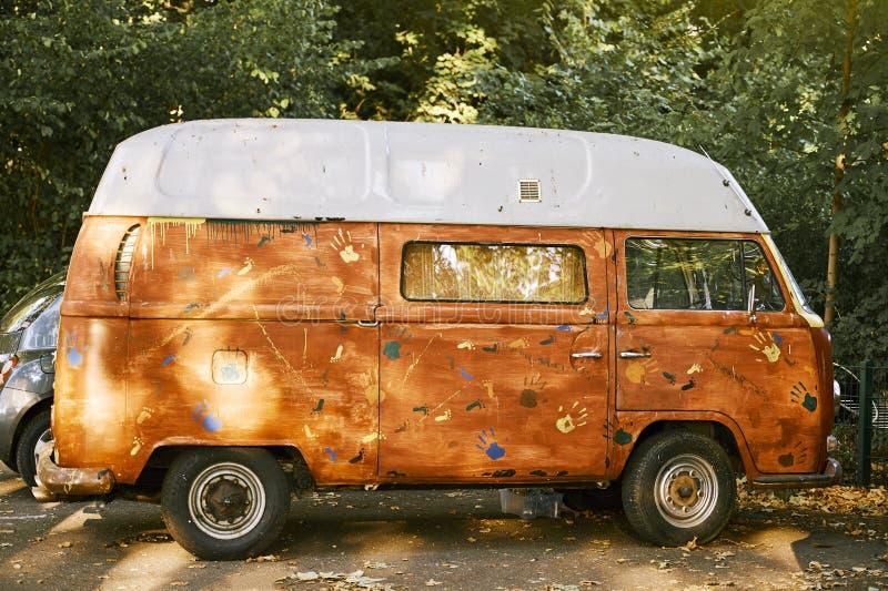Старый припаркованный жилой фургон Vw покрашенным ручной работы стоковые фотографии rf
