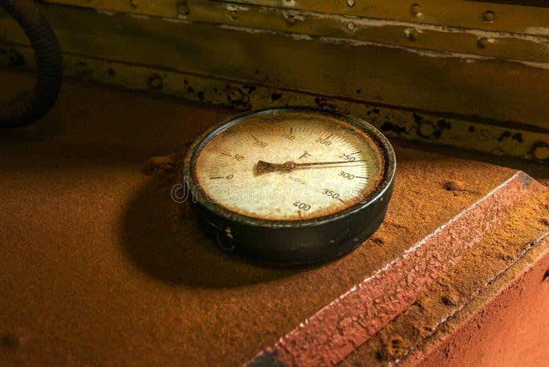 Старый промышленный круговой датчик термометра стоковое изображение rf