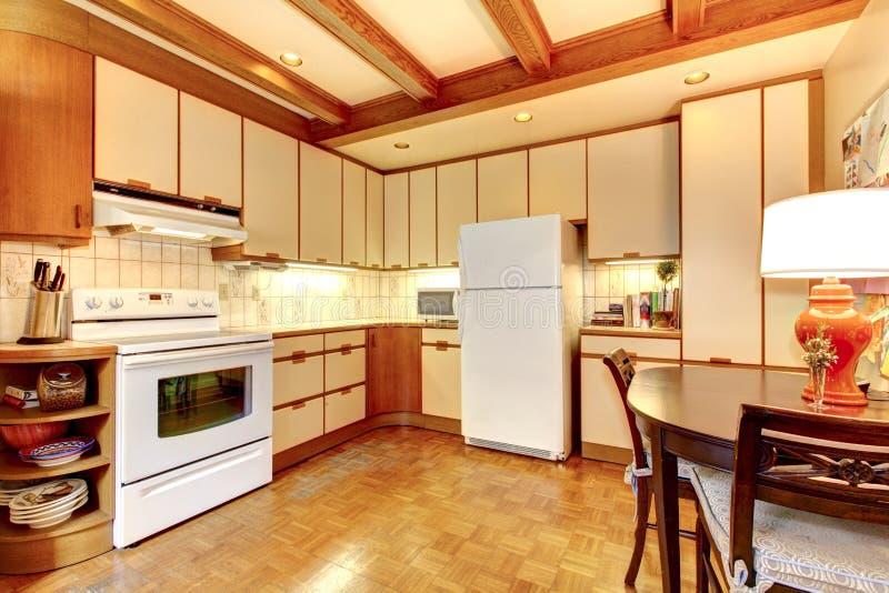 Старый просто белый и деревянный интерьер кухни. стоковое фото rf