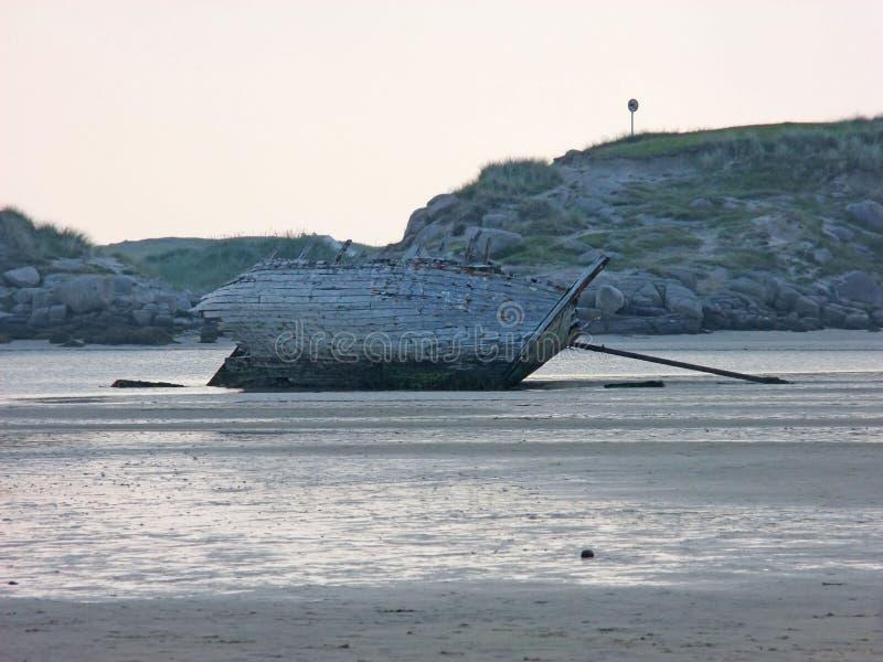 Старый разрушенный корабль шлюпки пристал пляж к берегу Co Magherclogher Donegal, Ирландия стоковая фотография rf