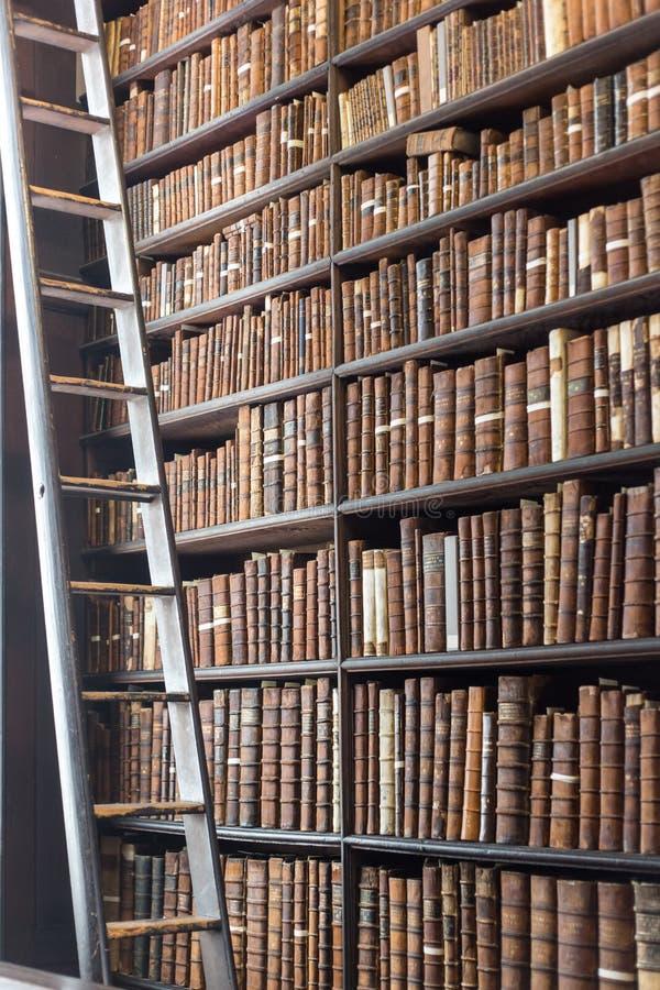 Старый раздел библиотеки с книгами лестницы и года сбора винограда стоковые фотографии rf