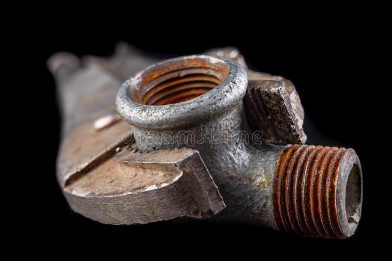 Старый регулируемый гаечный ключ и гидравлический разъем на рабочем столе Гидравлические аксессуары стоковое фото