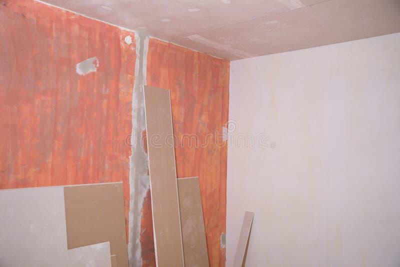 Старый ремонт, стены и комната квартиры Фото 2019 ремонта здания стоковое изображение