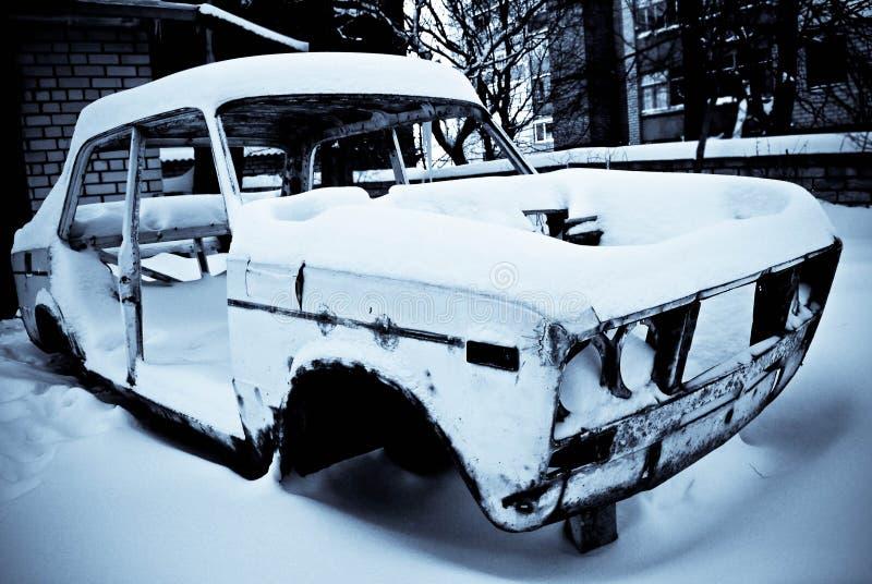 Старый ретро автомобиль в зиме стоковое фото
