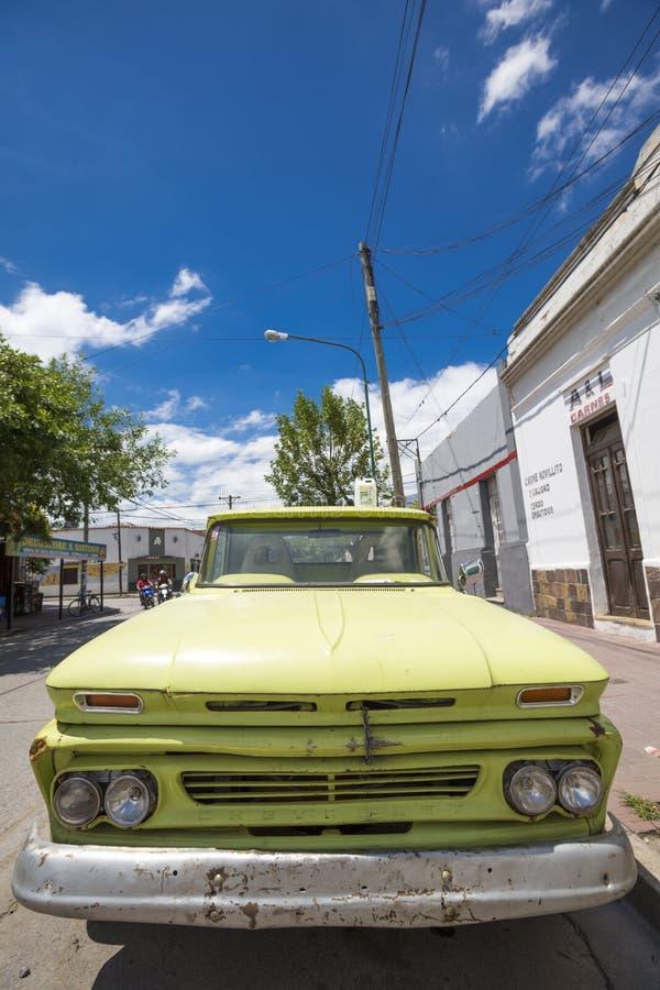 Старый ретро зеленый Шевроле в Salta, Аргентине стоковое изображение rf