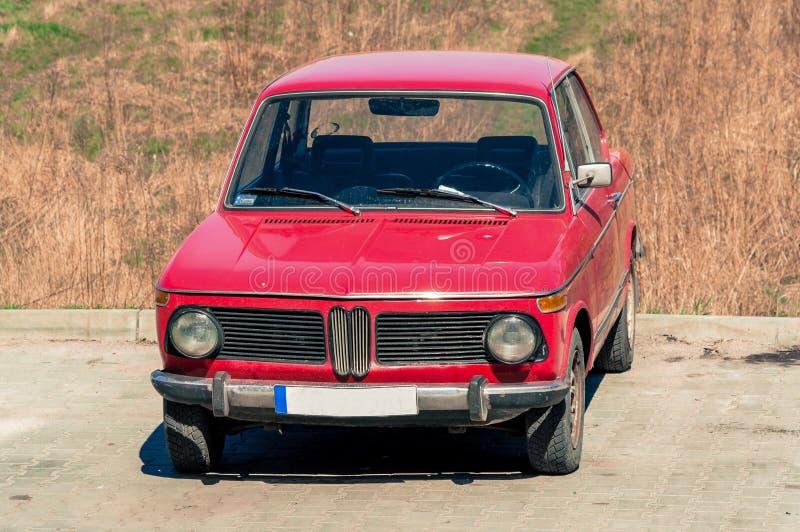 Старый ретро польский автомобиль в красном положении в месте для стоянки полем стоковое изображение
