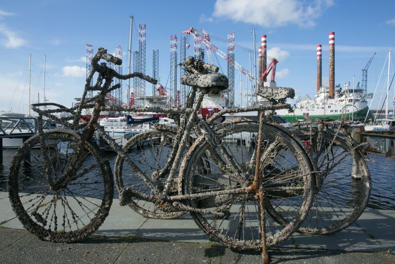 Старый ржавый велосипед на доке Амстердама стоковые изображения