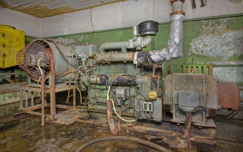 Старый, ржавый дизельный генератор стоковое фото