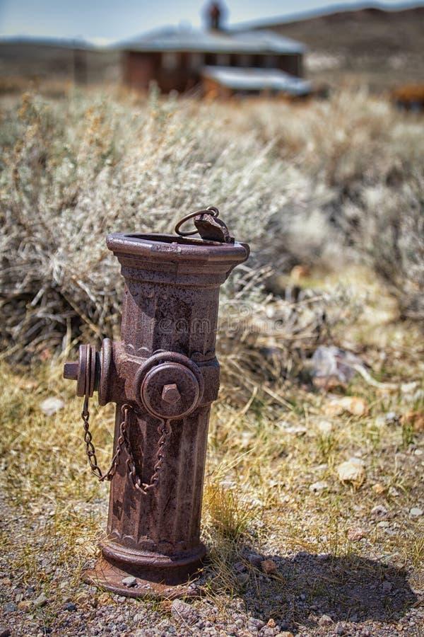 Старый ржавый жидкостный огнетушитель стоковые фото