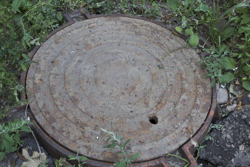 Старый ржавый круглый люк стоковое фото rf