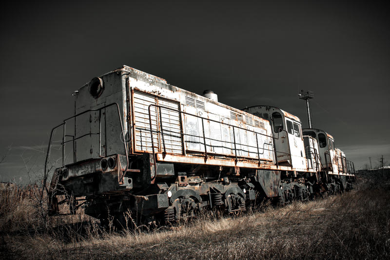 Старый ржавый локомотивный поезд на атомной электростанции стоковое фото rf
