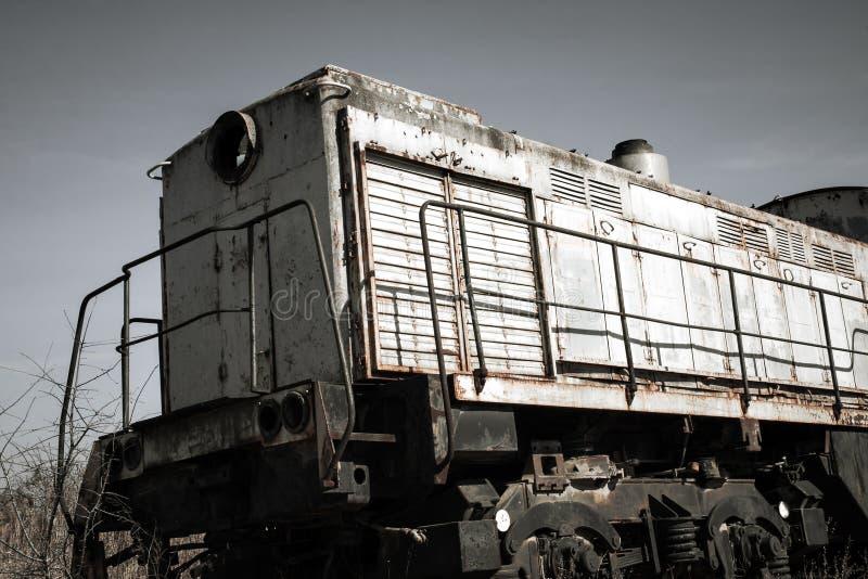 Старый ржавый локомотивный поезд на атомной электростанции стоковые изображения