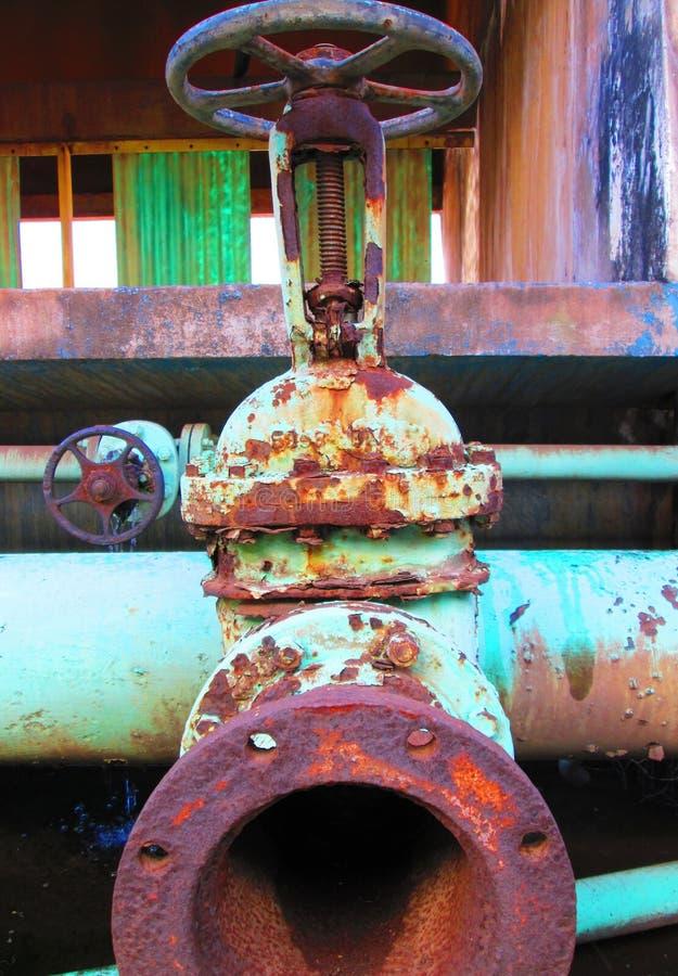 Старый ржавый промышленный клапан, который нужно заменить стоковое изображение