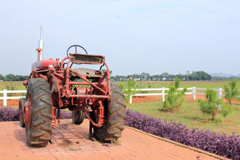 Старый, ржавый трактор в поле стоковое изображение