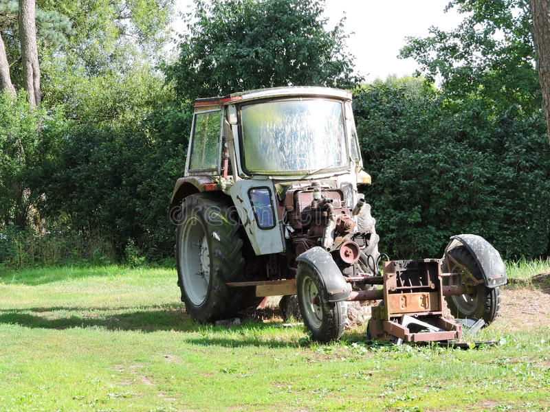 старый ржавый трактор стоковое фото