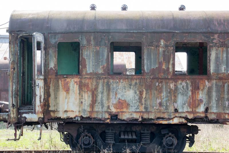 Старый ржавый экипаж стоя в покинутом депо стоковая фотография rf