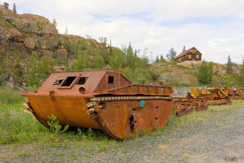 Старый, ржавый dredge на покинутом золотодобывающем руднике стоковое изображение