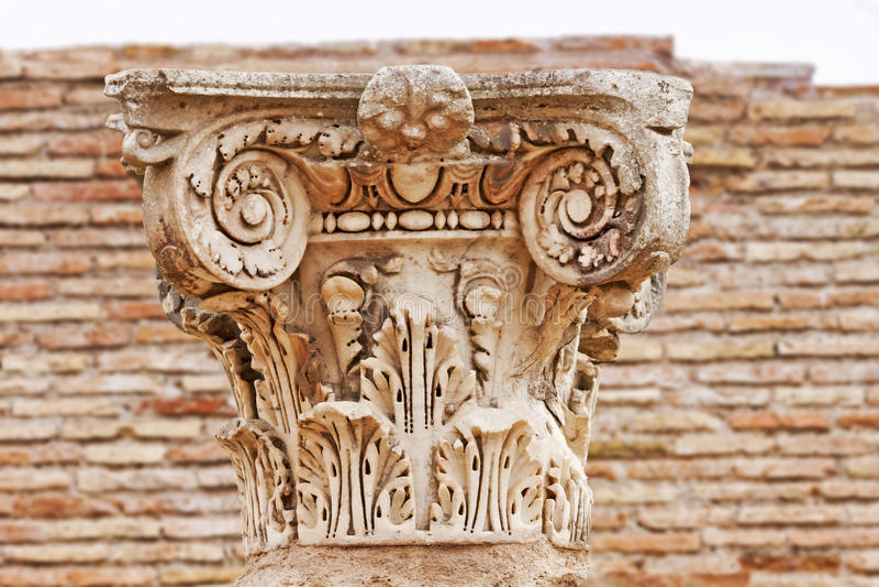 Старый римский конец столицы вверх в Ostia Antica - Риме - Италии стоковые фото