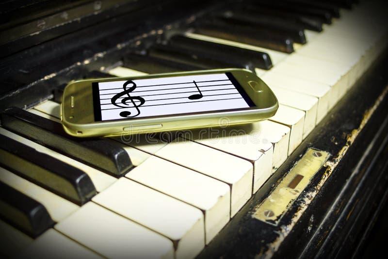 Старый рояль и новые примечания стоковое фото